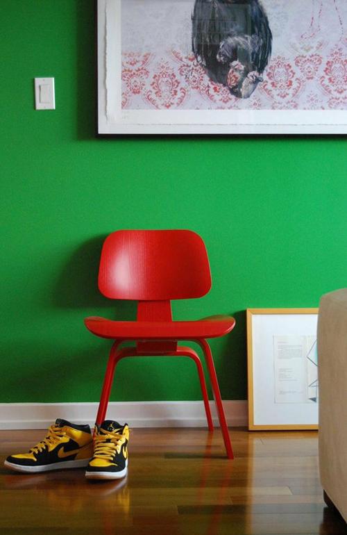 Parede verde cadeira vermelha