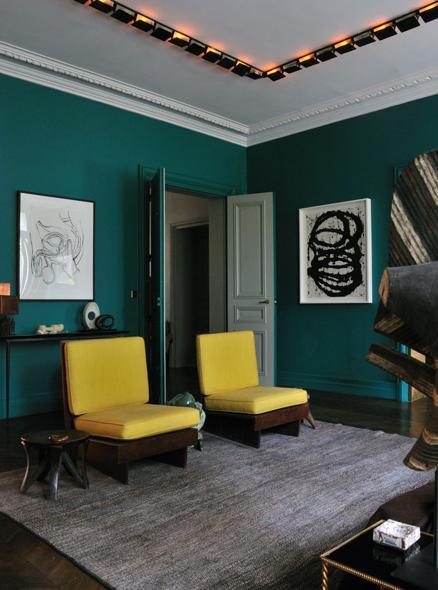 parede verde cadeiras amarelas